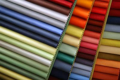 Mit hübschem Stoff gelingt eine Verkleidung von Kleiderschränken.