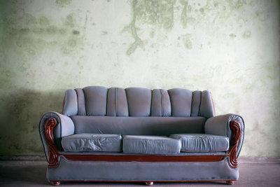 Entsorgen Sie Ihr guterhaltenes Sofa bei einem Recyclinghof.