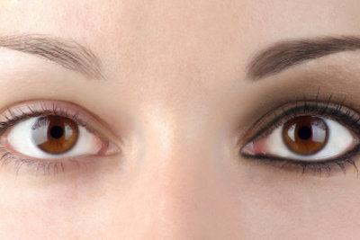 Färben Sie Ihre Augenbrauen für einen ausdrucksstarken Blick.