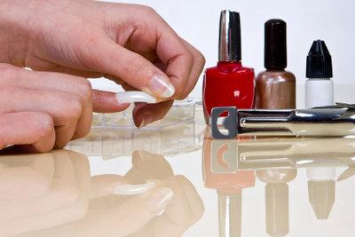 Künstliche Fingernägel können Sie selber modellieren.