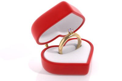 Ein kleines Geschenk sollte beim Heiratsantrag nicht fehlen.