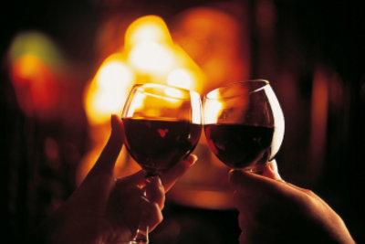 Ein Kaminabend ist nur eine von vielen Möglichkeiten, einen romantischen Abend zu gestalten.