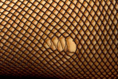 Sogar ein solches Loch in der Strumpfhose lässt sich mit viel Fingerspitzengefühl flicken.