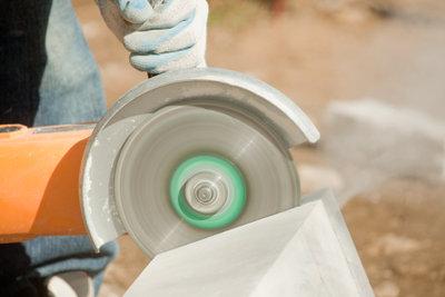 Mit dem richtigen Werkzeug gelingt der Zuschnitt von Betonplatten.