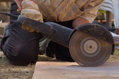 Schamottsteine lassen sich mit dem richtigen Werkzeug leicht schneiden.