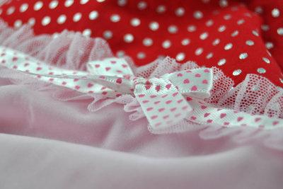 Sie benötigen Pünktchenmuster, Tüll und Rüschen für einen Petticoat im Stil der 50er Jahre.