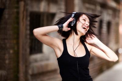 Das Laden von Musik auf das iPhone macht das Smartphone zum Musikplayer.