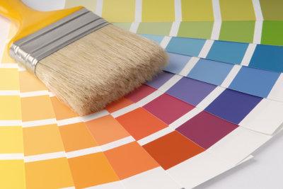 Zum Umsetzen kreativer Ideen können Sie beim Wohnzimmer Streichen mehrere Farben einsetzen.
