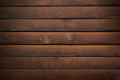 Mit einem Holzboden wird Ihr Balkon zum sommerlichen Wohnzimmer.