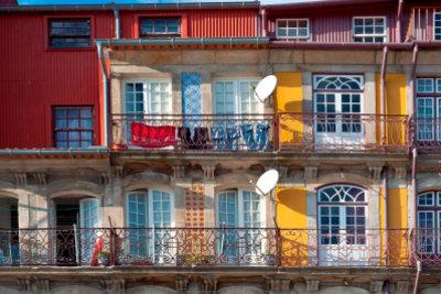 Ein Sonnenschirm auf dem Balkon macht die Mittagshitze erträglicher.