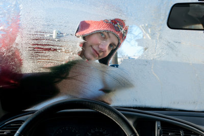 Der richtige Scheibenenteiser ist wichtig, um das Fahrzeug zu schonen.