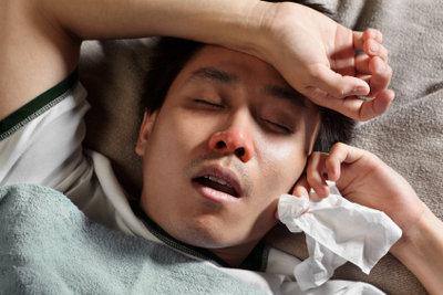 Treten bei einer Erkältung Kopfschmerzen auf, ist meist eine verstopfte Nase der Auslöser.