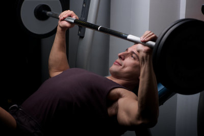 Muskelwachstum erfordert das richtige Training und eine ausgewogene Ernährung.