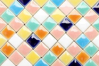 Fertigen Sie ein Mosaik aus alten Fliesen nach dieser Anleitung.