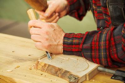 Gerade Anfänger sollten weiches Holz zum Schnitzen verwenden.