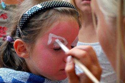 Besonders zu Fasching lieben Kinder Verkleidungen und Masken.