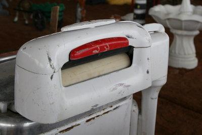 In kurzer Zeit kann die Wäsche mit einer Bügelmaschine geglättet werden.