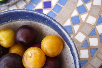 Der Mosaiktisch ist ein dekorativer Untergrund für jedes Geschirr.