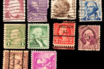 Bei der Wertbestimmung von Briefmarken hilft ein Katalog oder ein Fachmann.