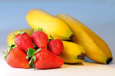 Bananen und Erdbeeren werden von vielen Hunden sehr gerne gefressen.