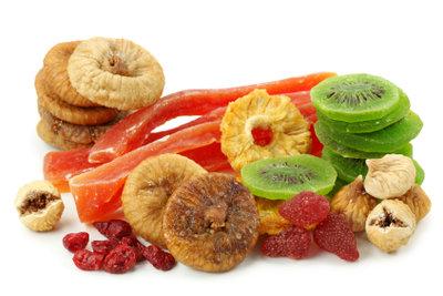 Hasenfutter können Sie aus frischen oder getrockneten Obst- und Gemüsesorten selber machen.