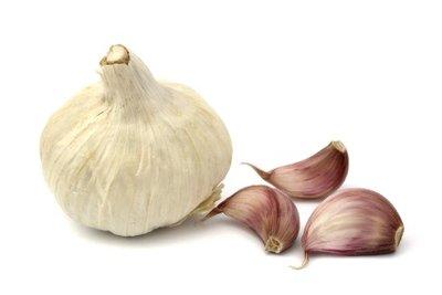 Knoblauch ist ein wirksames Hausmittel gegen Pickel.