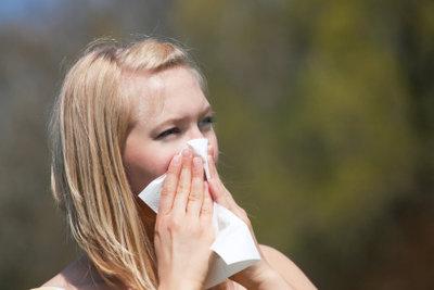 Die regelmäßige Pflege der Nase und der Schleimhäute hilft gegen den Heuschnupfen.