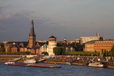 Gerade an einem lauen Sommerabend lädt die Düsseldorfer Rheinuferpromenade zum Flanieren ein.