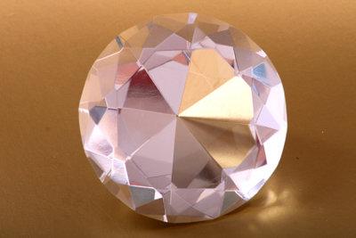 So machen Sie Diamanten aus Fimo selber.