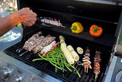 Ein Elektrogrill ist bestens für das Grillen auf dem Balkon geeignet.