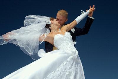 Eine Aufführung zur Hochzeit kann romantisch oder lustig sein.