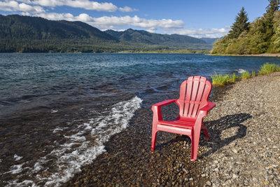 Allzu lange sollte der Kunststoff-Stuhl nicht hier stehen bleiben.