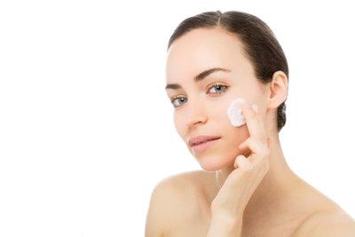 Abends sollten Sie fettfreie Pflegeprodukte zum Einremen Ihres Gesichts verwenden.