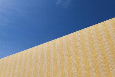 Einen Balkon-Sichtschutz kann man farbenfroh selbst machen.