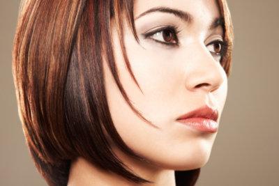 Glattes und glänzendes Haar dank chemischen Glättens des Haares.