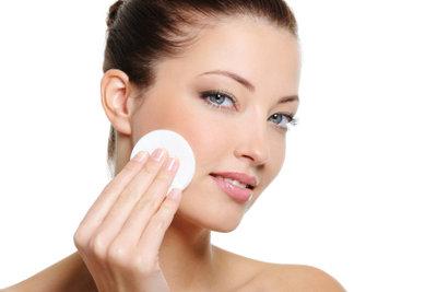 Pflegen Sie Ihre Haut gut, wenn Sie einen Gesichtsepilierer verwenden.