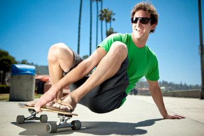 Tricks sind auch mit dem Longboard möglich, aber Flipflops sind am Strand besser aufgehoben.
