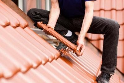 Die Kosten einer Dacherneuerung können steuerlich geltend gemacht werden.
