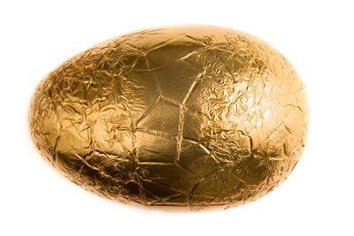Viele Ostergeschenke für den Freund passen in ein Schokoladenei.