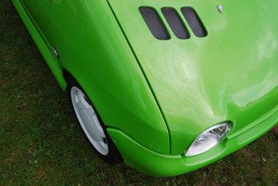 Verhelfen Sie Ihrer Motorhaube wieder zu neuem Glanz, indem Sie sie lackieren.