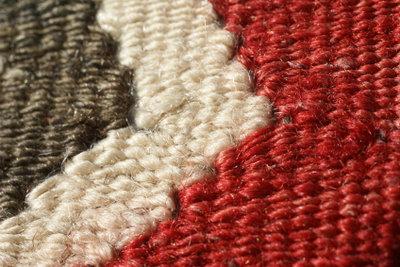Von Teppich lassen sich Flecken aus Asche auf unterschiedliche Art und Weise entfernen.