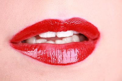 Rote Lippen und Smokey Eyes - so schminken Sie einen verruchten Look.