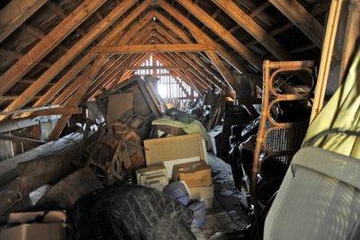 Bauen Sie den Dachboden aus, anstatt dort nur Gerümpel zu lagern.