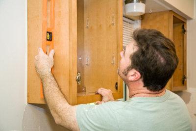 Die Montage eines Küchenschranks ist bei einer guten Wand recht einfach.