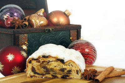 Ein selbst gebackener Christstollen ist ein tolles Weihnachtsgeschenk für die Großeltern.