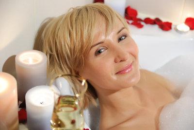 Ein warmes, entspannendes Bad kann bei einem Muskelkater helfen.