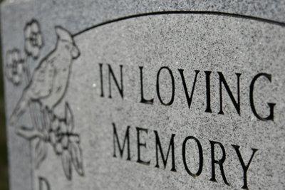 Heutzutage können Sie die Buchstaben auf einem Grabstein selbst gestalten