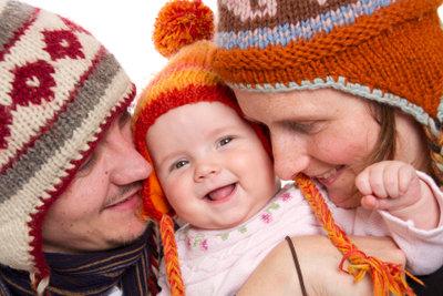 Mit der Strickanleitung für eine Mütze kann man Bommelmützen für die ganze Familie stricken.