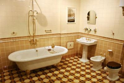 Kleinere Macken an der Badewanne können Sie selbst reparieren.