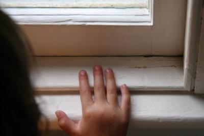 Gerade einfach verglaste Fenster lassen sich mit Isolierfolie gut isolieren.